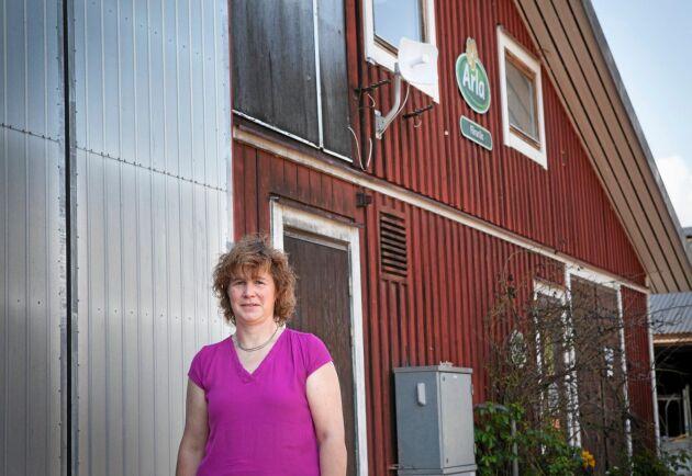 Cecila Engströms bostadshus hade inte fri sikt till masten, signalen skickas därför vidare från gårdskontoret med en trådlös sändare.