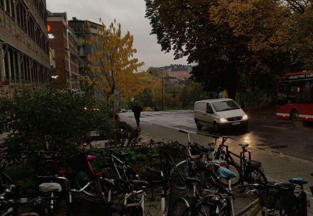 Strax efter klockan nio imorse var gatlyktorna fortfarande tända i Stockholmsområdet.