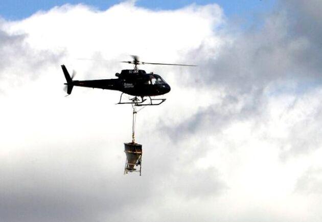 Myggbekämpning med helikopter i Österfärnebotrakten 2009.