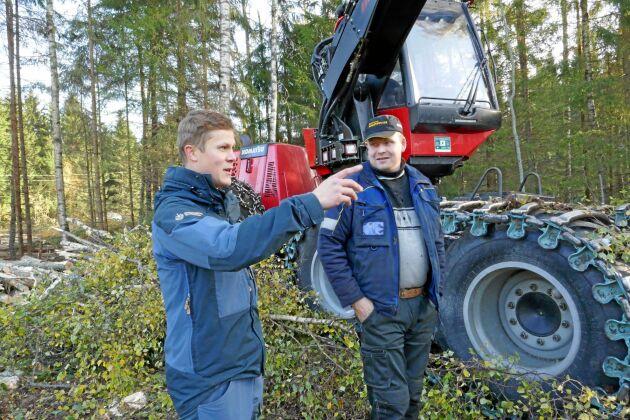 Skogsvårdsinstruktör Daniel Jansson och skogsmaskinföraren Lauri Härkänen vid en avverkning i Österbotten.