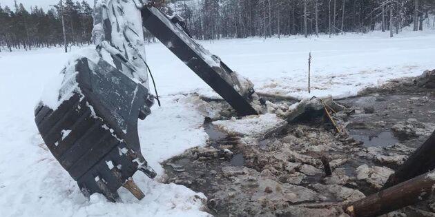 20-ton tung grävare gick genom mossen