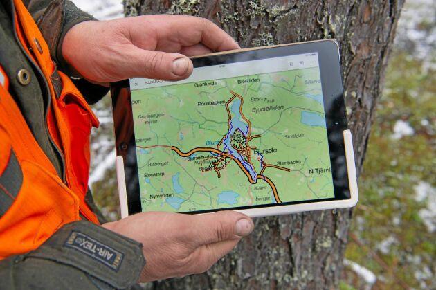 Carl-Henry Lundström använder mycket kartmaterial i realtid.