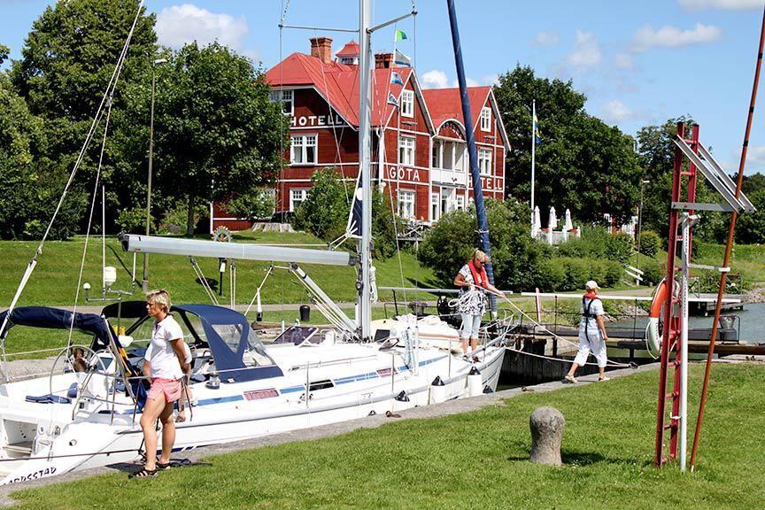 """BÅTSEMESTER. """"Skilsmässodiket"""" kallas Göta kanal ibland på grund av de känslor som slussande kan väcka. Foto: Gotakanal.com"""