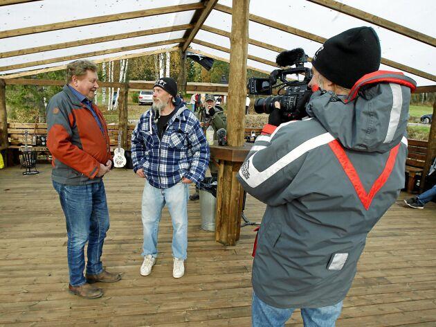 Allt kring båten filmas för att bli en ny tv-produktion under sommaren som kommer. Sören Oscarsson från Stugun och Dick Bewarp blir förevigade av Richard Sjösten.
