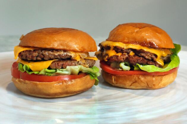 Aptiten på köttfria burgare ökar. På bilden syns en hamburgare gjord på kött och en på köttsubstitut från amerikanska Impossible Foods. Arkivbild