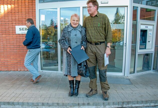 Regina Astasjova tackar Lars-George Hedlund flera gånger trots att hon säger att hon säljer sin skogsfastighet till Bergvik med förlust.