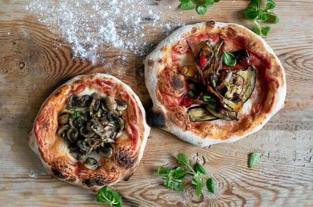 Pizzadegen mognar och blir bara bättre om den får kalljäsa ett par dagar i kyl.