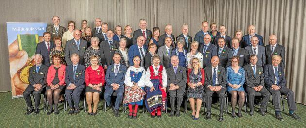 Alla 31 guldmedaljörer och Årets mjölkbönder samlade efter prisutdelningen. Foto: Jann Lipka