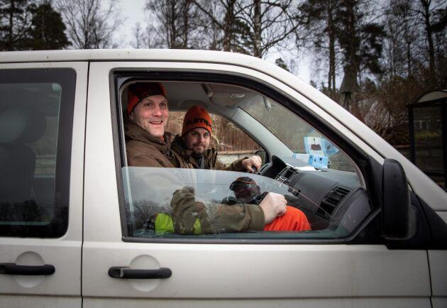 Vakter. Lärarna Petter Sernert och Daniel Ivarsson finns också med ute i skogen. De ska bland annat hålla koll om någon av hundarna närmar sig järnvägen.