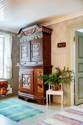 Det rejäla allmogeskåpet i köket är bara ett av Joars många auktionsfynd.
