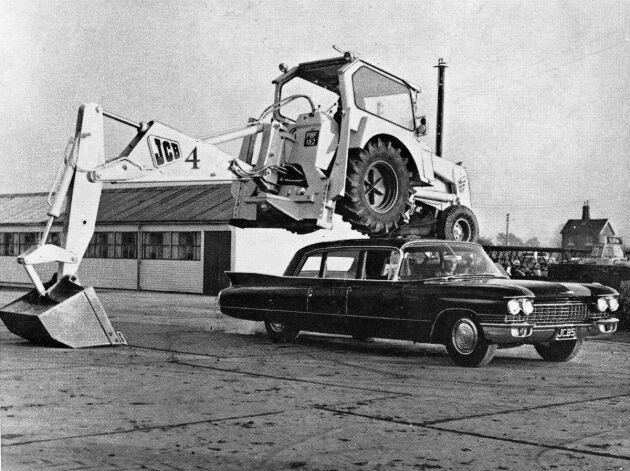 1962 demonstrerade man styrkan i en JCB 4:as hydraulik genom att låta en amerikanare köra under den.