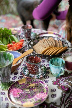 En typisk Källängs-fika: Hemodlade grönsaker och Thomas rågbröd, serverade på egenhändigt drejad servis.
