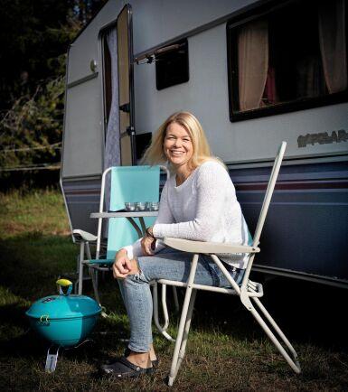 Elin köpte ett klassiskt campingset med hopfällbara bord och stolar plus en matchande liten grill. Dock i turkos färg och inte rosa vilket Elins tre döttrar beklagade.