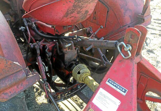 Kraftuttaget är drivhjulsberoende. När föraren trycker ned kopplingspedalen stannar kraftuttaget.