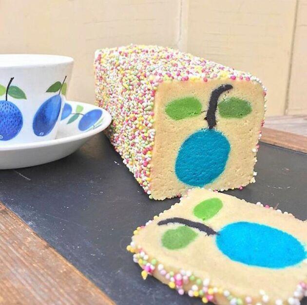 Många glada färger i kakor med mönstret Prunus av Stig Lindberg för Gustavsbergs porslinsfabrik.