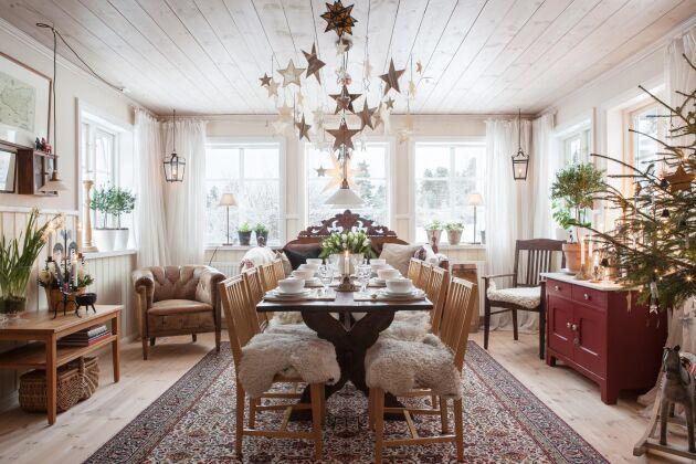 Mjuka fårskinn gör matsalen än mer inbjudande. Här kan man sitta länge och samtala.
