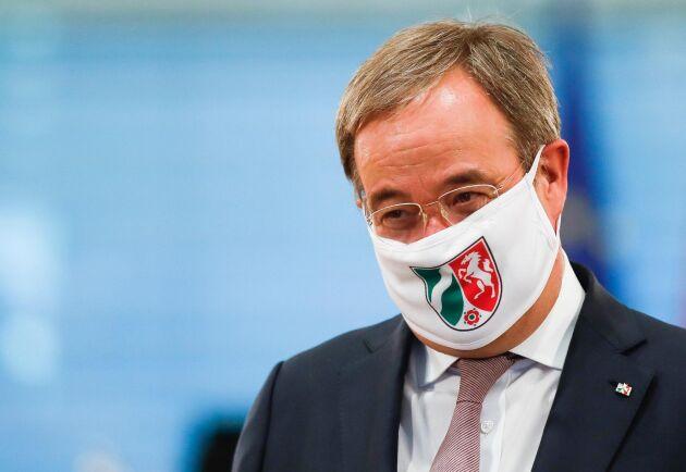 Nordrhein-Westfalens ministerpresident Armin Laschet med munskydd inför ett möte med Tysklands förbundskansler Angela Merkel i förra veckan.