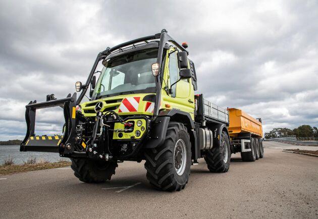 ATL har provat den första traktorregistrerade Unimogen i Sverige. Det är en UGE 530 med en maximal effekt på 299 hästkrafter. Traktorns maxfart ligger på strax under 70 kilometer i timmen och fjädrande axlar gör färden lastbilslik. Den svarta störtbågen skvallrar om att det är en traktor.