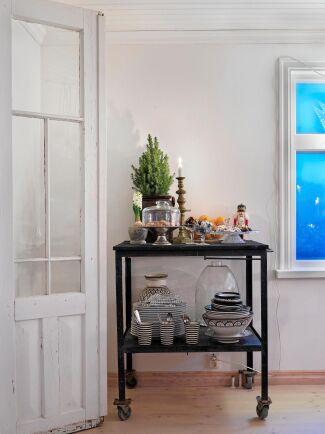 Serveringsvagnen blir en smart avställningsyta med plats för porslin, godis och en klassisk nötknäppare!