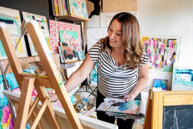 I ateljén på övervåningen står Tove ofta och målar.