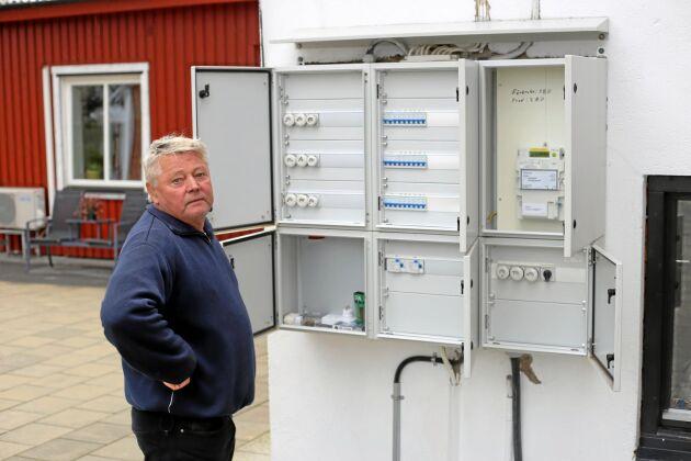 Johnny Hallberg i Maglasäte har fått öka sitt abonnemang för att leverera solel, vilket kostar honom flera tusen om året i onödan.