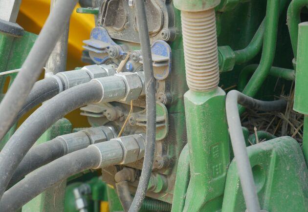 Vagnen manövreras från traktorhytten, saknar egen elektronik och drivs av dubbelverkande hydraulventiler.
