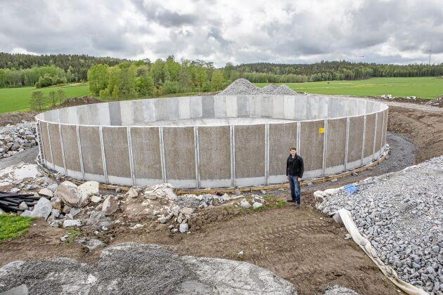 Den nybyggda gödselbrunnen är byggd direkt på berget.