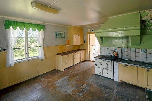 Det går att ana charmen i köksmiljön, något som kan lyftas fram vid renovering.