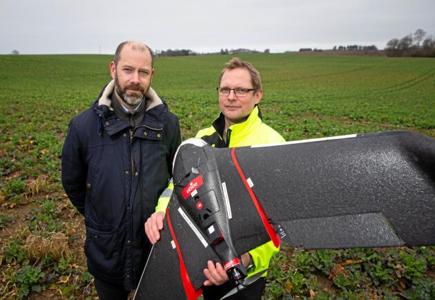 """Försök. """"Vi flyger på ett par fält i Skåne, något i Dalsland och något i Östergötland. Sedan kommer vi att följa upp de fälten och se hur de beter sig under blomning och skörd"""", berättar Thomas Wildt-Persson och Johan Svensson."""