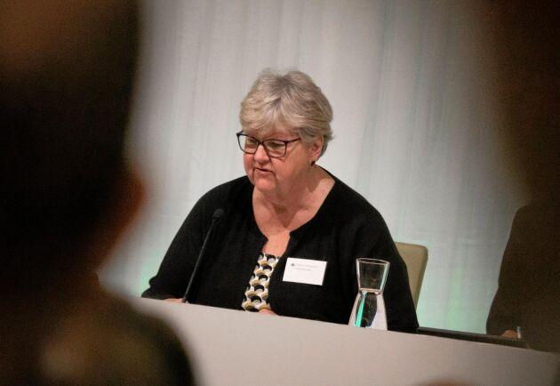 Carola Gunnarsson var vice ordförande på stämman och höll uppe tempot med sin klubba.