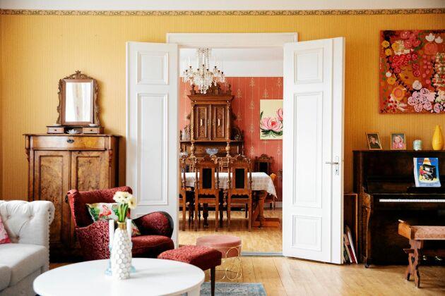 Rummen är stora som salar och inredda med både arvegods och moderna möbler.