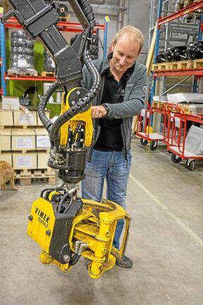 Johannes Nilsson, produktutvecklingschef på Vimek, visar den aktiva bromslänken som de utvecklade med hjälp av stöd från klustret. Kranens svängningar dämpas med denna länk.
