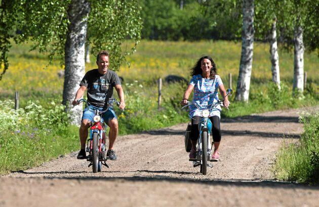 Vart de än kommer med sina gamla mopeder så väcks intresse. (I vanliga fall har de hjälm, nu tog de en liten tur för fotografens skull).