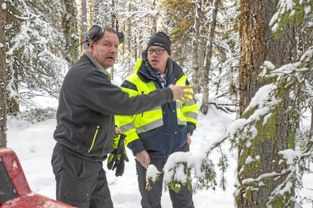 Skotarföraren och Terri-ägaren Alf Isaksson diskuterar utäggning av urskogsstockar i den nya kompensationsskogen med Anders Forsgren, Bolidens projektledare.