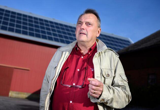 Bo Mårtensson på Brandstad gård utanför Sjöbo tycker det funkar bra med luftburet nät. Han kan tänka sig fiber, men hittills har han klarat att sköta sina företag, sitt lantbruk samt sina solceller utan fiberuppkoppling.