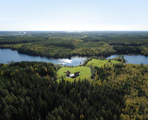 Omgiven av skog och vatten ligger Dalagård.