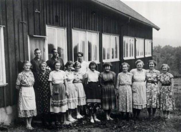 1910 startar Johannes Nilsson ett strumpstickeri. Den mekaniska trikåtillverkningen börjar med primitiva hembyggda maskiner.