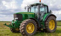 Stoppar Eon:s fordon med sin traktor