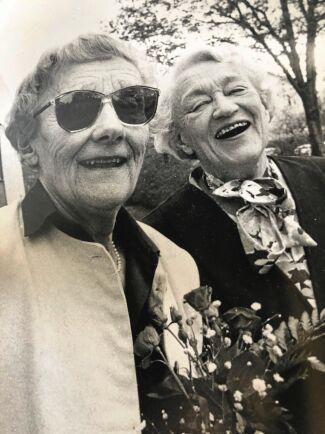 Ingegerd Lindström med sin syster Astrid Lindgren.