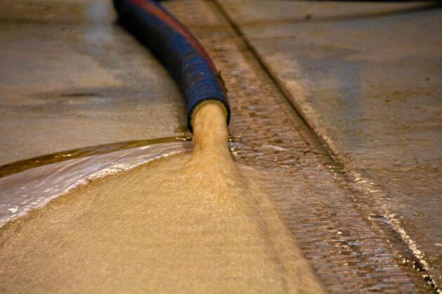 Brunvatten avleds ur centrifugen och samlas upp för att användas i biogasproduktion.