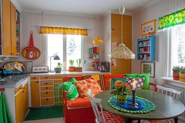 Färgglatt retrokök från 1950-talet, ommålat på 1970-talet. Linda kallar det sitt solskenskök.