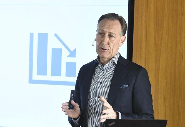 Jan-Olof Jacke, vd för Svenskt Näringsliv, presenterar ett räddningspaket för jobb och företag under pressträffen i Stockholm.