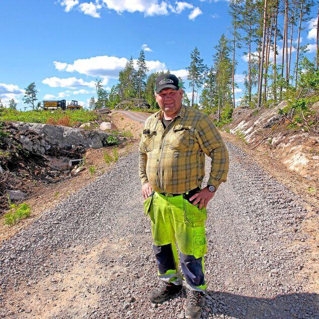 Nu för tiden måste markägare som vill driva skogsbruk ha skogsvägar. – Annars blir det för tungarbetat, säger Mikael Nelsson.