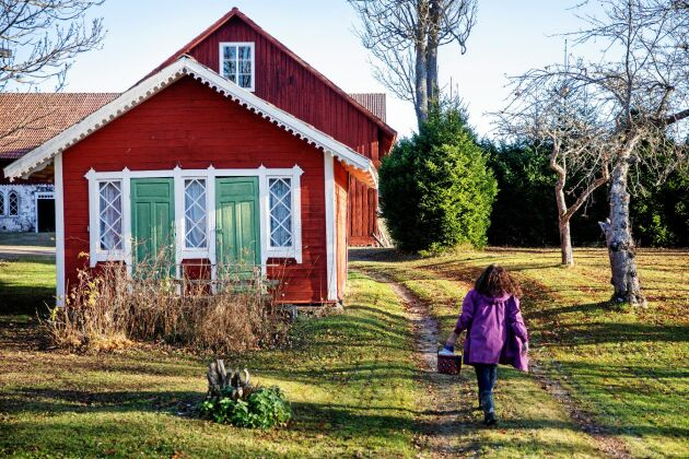 Mellan boningshuset och ladugården ligger det här finsnickrade huset som faktiskt är det gamla utedasset med två dörrar.