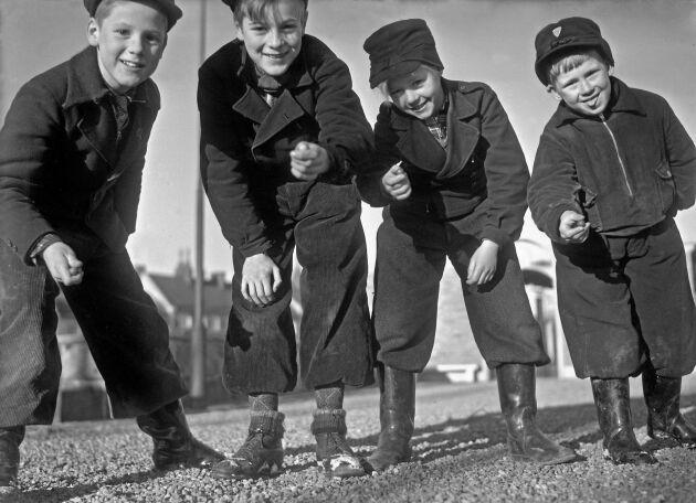 Våren har kommit. Nu är det dags att spela kula, grabbar! (1940)