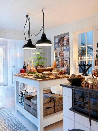 Köksön är uppdukad med skinka, inlagd sill, rökta korvar, sallad med valnötter, mögel- och brieosttårta med honung och pinjenötter.