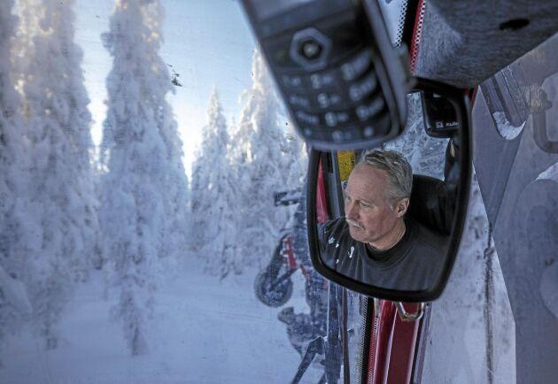Stefan Sandgren kör ut i skogen för att påbörja en gallring på 70 hektar åt Sveaskog.