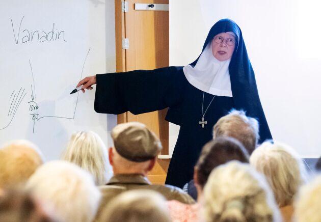 Syster Christa Claesson talade i samband med ett stormöte för markägare i området på Österlen där det brittiska bolaget Scandivanadium Ltd ville provborra efter vanadin. Ett 50-tal markägare deltog i mötet som hölls i slutet på oktober 2018 på klostret Mariavall utanför Fågeltofta.