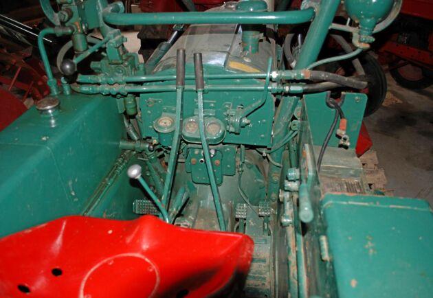 Enligt en broschyr från 1957 fanns det sittplats till föraren såklart men även till en hjälpare. Att skogsmaskinen är byggd på en traktor syns tydligt på denna bild.