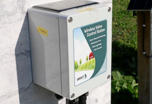 Varje fjärrstation kan styra två vattenventiler och kan enkelt flyttas från ett fält till ett annat. Normalt monteras den på en stolpe eller på en husvägg.